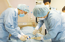 多施設共同研究も行い、骨髄内臍帯血移植など新しい療法も実施