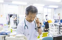 病棟業務の間にも、医師が直接対応。必要に応じ救急受け入れも行う