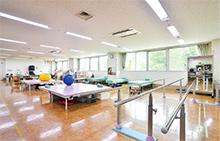 院内にある明るく広い機能訓練室