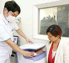患者の症状に合わせ、院内にある2台の骨密度測定装置を使い分けている