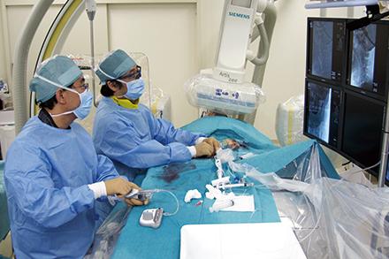 頭を切らないカテーテルを使った脳血管内治療。低侵襲治療を積極的に取り入れている