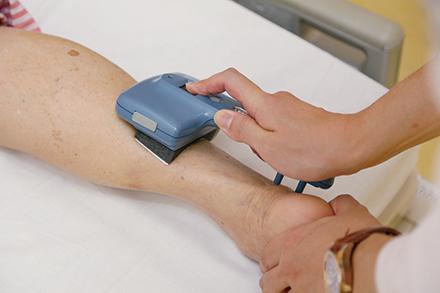 糖尿病に多い下肢神経障害を調べる簡易型の神経伝導検査機器