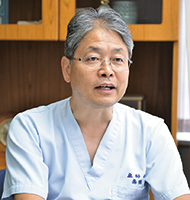 ICU室長の小谷透先生。連携先の病院へ行き来しながらチーム力向上にも努めているという