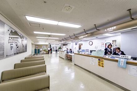 1階エントランスロビーは病院の顔。総合受付で は外来や救急診療の受付、入退院の手続きなどを行っている
