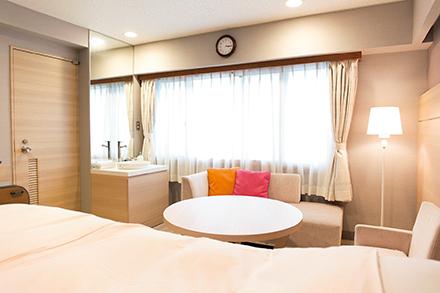 ホテルのような個室はシャワールーム・トイレを 完備。家族でくつろげる空間だ。希望によって母児同室も可能