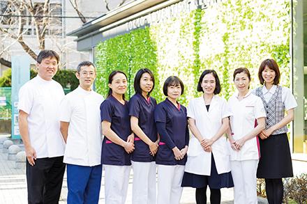 医師、看護師、検査技師、スタッフが一丸となって患者をサポート。乳腺疾患の診療予約で困った際には、専門窓口で相談できるので安心。患者をより手厚くフォローできる組織体制を整えている