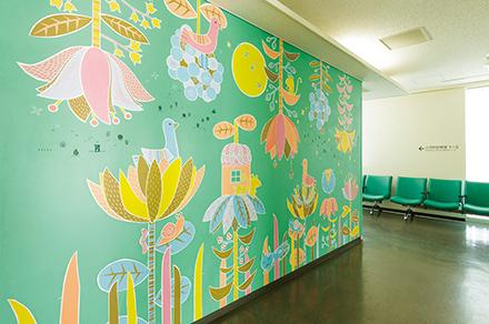ポップでカラフルな壁の絵は病院の理念に賛同した童話作家によるもの