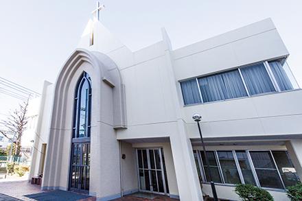 病院に隣接する天沼教会。礼拝には地域の人や入院患者が集まり、心豊かな時間を過ごしている