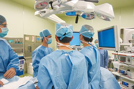 完全胸腔鏡手術の様子。モニターを確認しながら手術を行う