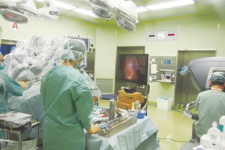 支援ロボットによる手術の様子。切開範囲が狭いことから、術後の痛みや負担を軽減することができる