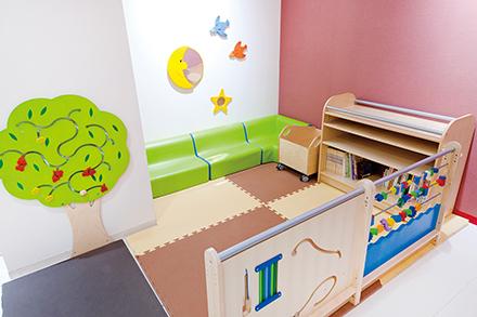 小児科外来プレイスペース。清掃が行き届き常に清潔に保たれている