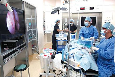 副鼻腔の内視鏡手術は経験豊富な手術部長の金谷毅夫先生を中心に行われる