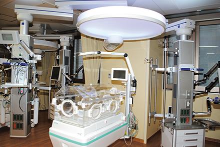 新生児集中治療室では小児外科疾患も含めた多岐にわたる新生児疾患の集約的治療が行われている