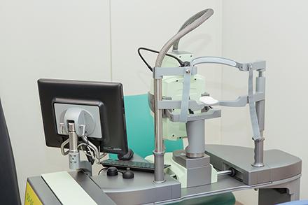 小椋病院長が部長を務める眼科では、黄斑浮腫の治療に用いる先進の機器を導入し、正確性と安全性により配慮した治療が可能になった