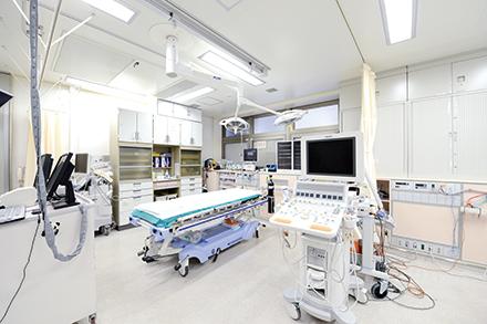 搬送された急患は救命救急センターで初期診療を受け、必要な診療科へ振り分けられる。深夜帯でも全診療科の医師が待機している