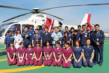 医療用ヘリコプターと救命救急医療部門のスタッフたち。「すべての領域で最高の治療を提供したい」と意気揚々
