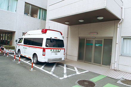 地域の中核急性期病院であり、年間2000台以上の救急車を受け入れている