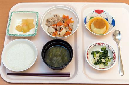 管理栄養士考案の栄養バランスの取れた食事。右上はカロリー補給をサポートする高カロリープリン