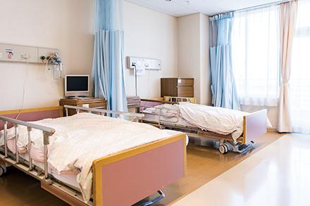 日当たりが良い病室。4人部屋のほかに個室を備え、夫婦での利用もできる