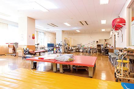 リハビリを行う機能回復訓練室。広々としたスペースに各種機器が置かれている