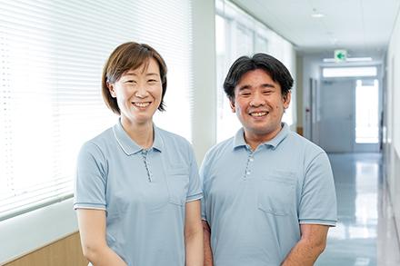 デイケアの相談を担当する佐藤亮太郎さん(右)と白田博子さん(左)。グループ内の医師や看護師との連携を大切にするという