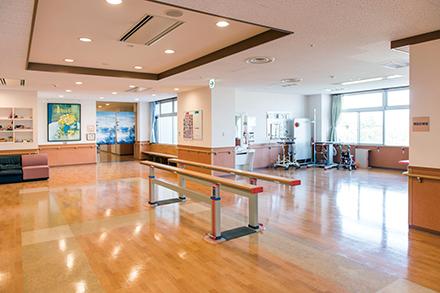レクリエーションやイベントを行うオープンスペース。平行棒が設置され、軽い歩行訓練もできる
