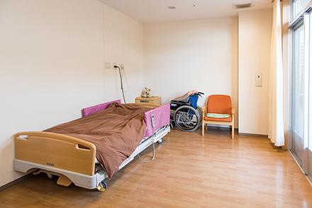 広々とした個室は8畳ほどの大きさで、好きな家具な ども置け、家族が泊まれるスペースもある