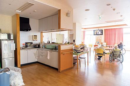 リビングとキッチンがあるダイニングルームは入居者たちの憩いの場。冷蔵庫や調理器具も自由に使えて、おいしそうな料理の匂いや笑い声がしてくる