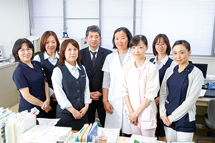地域医療連携を担当している松本弘幸副部門長(写真左から4番目)と、地域医療の質の向上のために日々活躍しているスタッフたち