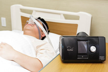 自宅で使用できる睡眠時無呼吸症候群治療用の装置。一定圧の空気を送り、睡眠中に上気道が閉塞するのを防ぐ
