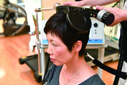 脳に直接刺激を与えることでリハビリテーションの効果を高める磁気刺激療法