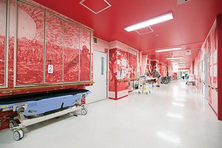 院内はまるで現代アートを展示する美術館のような空間が広がる