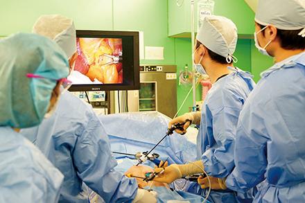 腹腔鏡下手術では先進の3Dモニターを導入。腹腔内での縫合も精度が向上