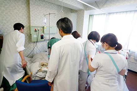 毎朝の回診は医師・看護師を含む外科スタッフ全員が同行。意見交換も活発だ