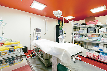 低侵襲なレーザーやラジオ波装置で下肢静脈瘤を治療する手術室