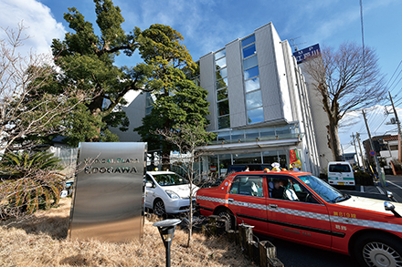 本院の江戸川病院に隣接。入り口で「エミュー」が飼育されているのも名物の一つ