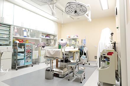 整理整頓された手術室。良性の子宮筋腫や卵巣囊腫の手術を行っている