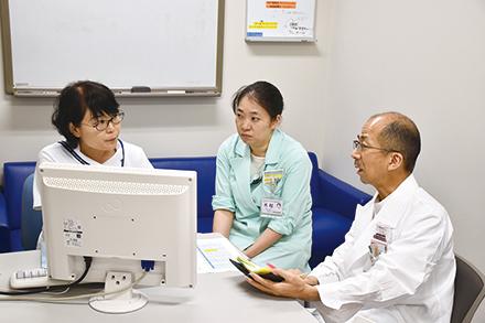 医師、看護師、薬剤師が患者に関する情報を共有し、よりきめ細かなサポートを行う