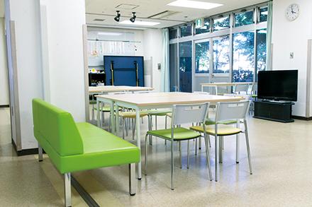 児童思春期病棟のホールや中庭では、コミュニケーションエクササイズや運動、美術、音楽プログラムなどの集団療法を行っている