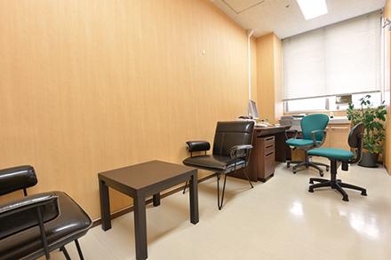 2015年に開設されたメンタルヘルス専門の外来。診療室内は明るく、落ち着いて相談できる雰囲気だ