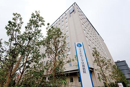地上12階地下3階の本館。屋上にはヘリポートも完備されている