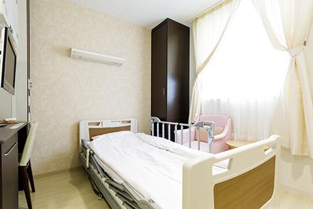 新病棟内の清潔感ある産科個室