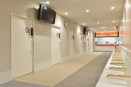 広々とした待合室。さまざまな理由で訪れる患者でいっぱいだ