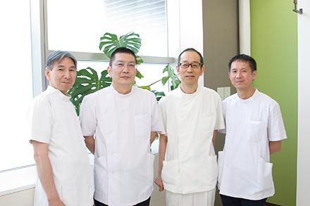 豊富な実績を持つ医師が力を集結。左から田中秀和先生、鈴木伸之副院長、家永敏樹先生、桃山現先生