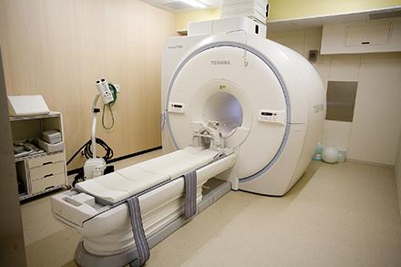 従来より圧迫感が少なく検査中の騒音が低減したMRIを導入。認知症診断でも力を発揮する