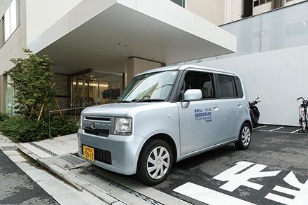訪問診療の足となる往診車。患者の自宅だけでなく介護施設も訪問する