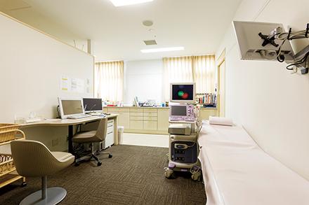 明るく清潔で広い診察室。妊婦に寄り添い、出産における相談に親身に応じる
