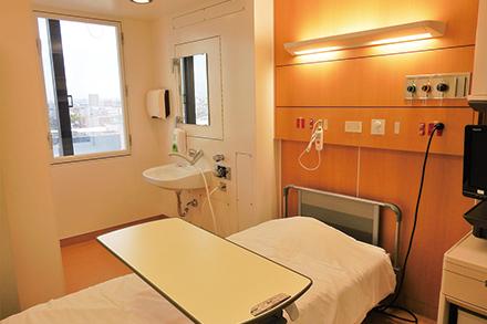 患者が安らげるようベッドサイドには温かい色の照明を設置