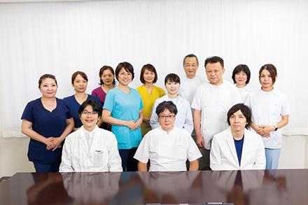 太田明雄部門長を中心に医師、看護師、薬剤師、管理栄養士、理学療法士、臨床検査技師らがチームとなって診療