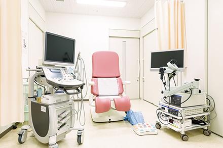 新設された婦人科の外来ブース。医師をはじめ看護師も親身になって患者の悩みに寄り添う